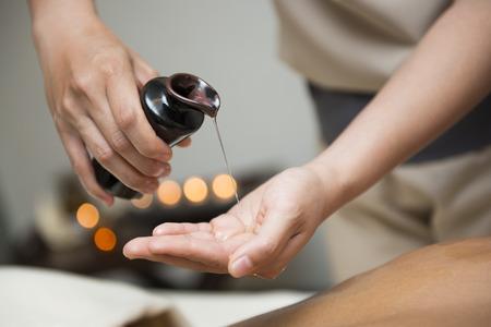 chiropraticien verser de l'huile dans la main pour le massage, huile de massage