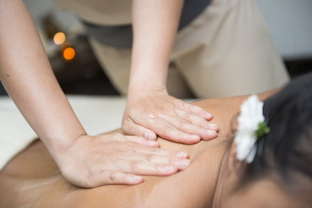 massage huile: oil massage on back by therapists, chiropractor
