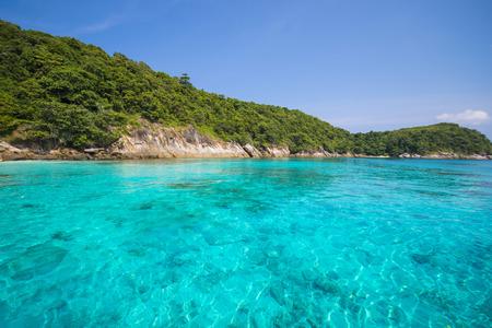 海平靜碧藍的海水,拉查內島,普吉島,泰國