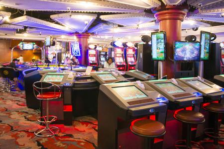 tragamonedas: MYANMAR - JANUARY 11,2016 : slot machines in play room at Grand Andaman Hotel at Myanmar on January 11, 2016, gambling casino Editorial