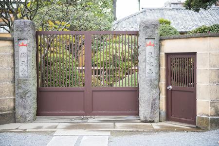 puertas de hierro: antiguas puertas de hierro de la casa japonesa, puerta Foto de archivo