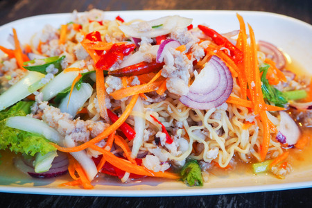 savour: Instant noodle spicy salad with vegetables