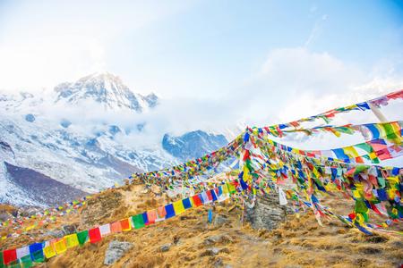 네팔 안나 푸르나베이스 캠프의 꼭대기에 컬러기도 깃발 스톡 콘텐츠