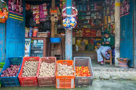 Nepal - 3 de enero de 2017 :: tienda de comestibles locales en la montaña, Nepal Editorial
