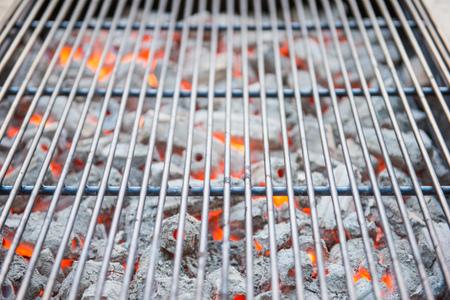 Brennende Holzkohle Mit Grillplatte Fur Bbq Herd Lizenzfreie Fotos
