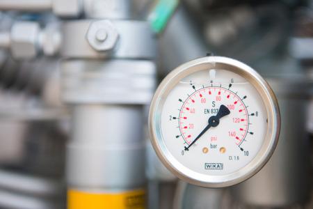 Manometer am Tauchkompressor, Tauchen Standard-Bild - 82239564