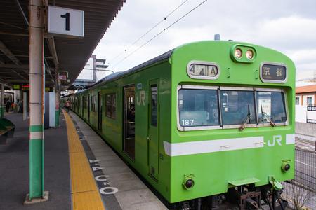 Osaka, Japan - November 21, 2017 :The railway platform and train at the station in Osaka, Japan Фото со стока - 120751760