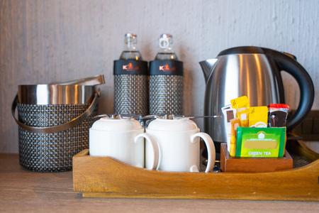 tè, caffè e acqua in camera hotel, bevande Archivio Fotografico