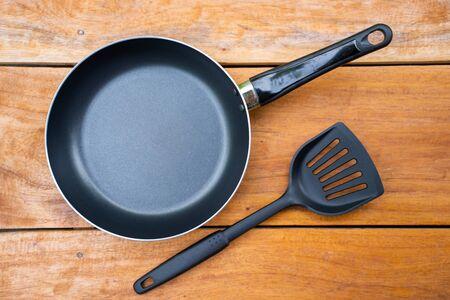 Bratpfanne und Flipper zum Braten zum Kochen, Küchenutensilien Standard-Bild
