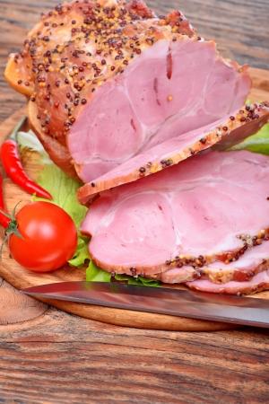 Gebackene Schweinenacken, Tomaten, Paprika, Knoblauch und Messer Standard-Bild - 24976817