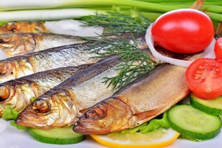 Geräucherter Fisch, Salat und Zwiebel Standard-Bild - 25204096