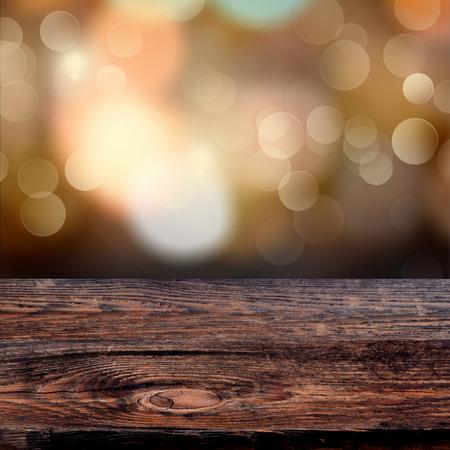 cioccolato natale: Old subito tavola di legno con un bokeh scintillante di luci della festa in background