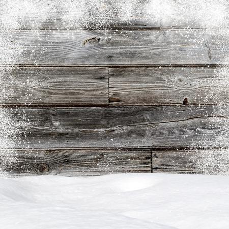 Sneeuwbanken. Op de achtergrond oude houten muur met lege ruimte Stockfoto