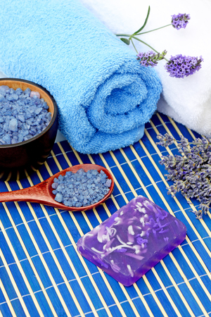 espliego: Los tratamientos de spa de flores de lavanda, jabón de lavanda y sal de mar lavanda