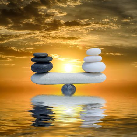 piedras zen: Concepto Zen fondo-El equilibrio entre las piedras del zen en blanco y negro