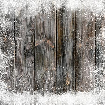 Kerst achtergrond met sneeuw bedekte oude houten planken en sneeuw vlokken en snowdrifts