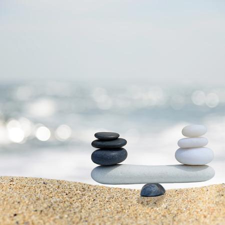 balanza: Zen equilibrio piedras equilibrio concept.The entre blanco y negro
