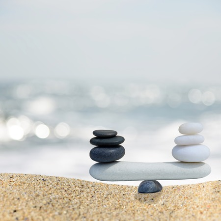 zen attitude: Zen équilibre pierres équilibre concept.The entre noir et blanc