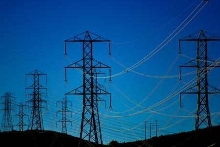 높은 긴장 전원 라인과 푸른 하늘을 silhouetted 타워 스톡 콘텐츠