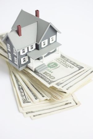 vals geld: Model Home boven op een 100 dollar rekeningen
