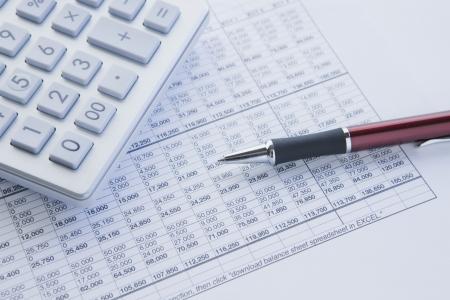 perdidas y ganancias: balance financiero con calculadora y bol�grafo