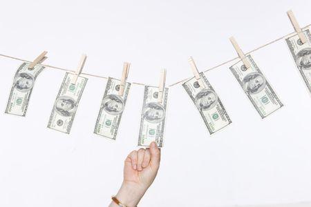 dinero falso: Cien d�lares de proyectos de ley sobre un tendedero Foto de archivo