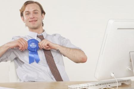 professionele man zittend aan een bureau met gunning lint