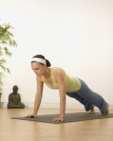 vrouw in een traditionele yoga houding  Stockfoto