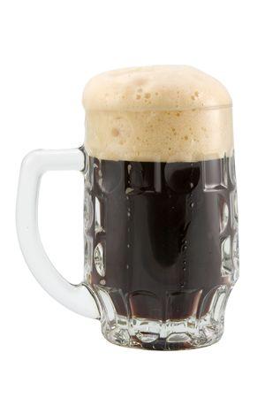 schwarzbier: die Tasse dunkles Bier isoliert mit Clipping-Pfad