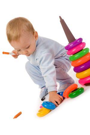 Petit gar�on avec des jouets sur fond blanc  Banque d'images
