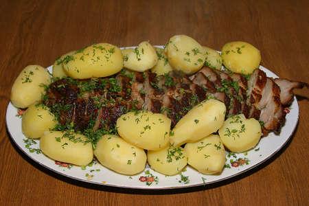 plato del buen comer: La carne de cerdo asado con patatas  Foto de archivo