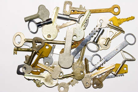 ferreteria: las muchas claves de edad en el fondo blanco