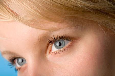 Le fragment de t�te de femme avec les yeux ouverts macro