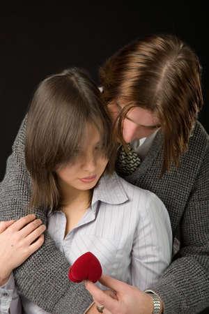 jeunes couples disolement sur le fond noir Banque d'images