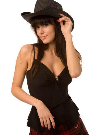 Jolie femme en chapeau noir sur fond blanc