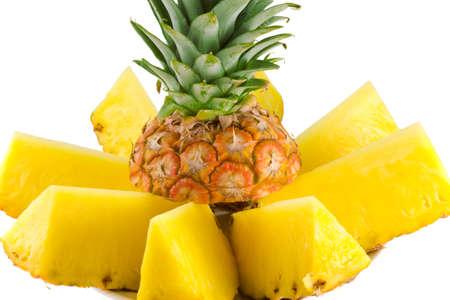 Tranches d'ananas m�r isol� sur fond blanc