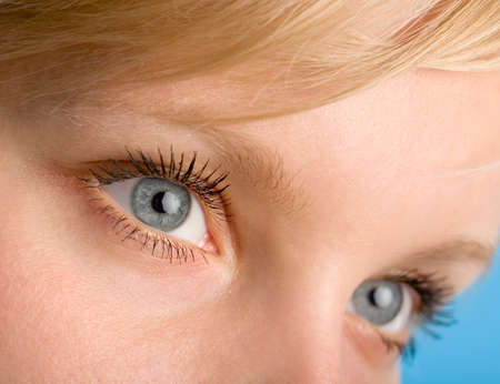 le fragment d'une femme le visage avec les yeux ouverts macro
