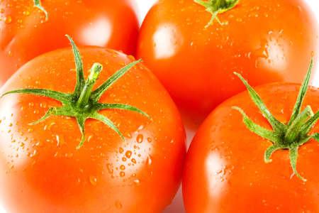 full red: quattro pomodori rossi con gocce d'acqua