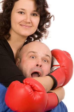 competitividad: mujer con guantes de boxeo y el hombre en un fondo blanco