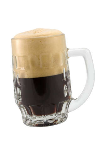 schwarzbier: die Tasse dunkles Bier isoliert auf wei�em Hintergrund