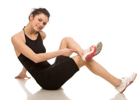 jeune femme fait des exercices sur un fond blanc