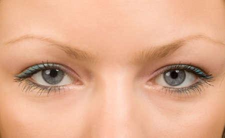 femmes yeux grands ouverts avec de longs cils macro