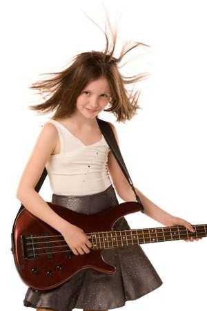 un portrait de gros plan de la fille de jouer de la guitare isol�e sur un fond blanc