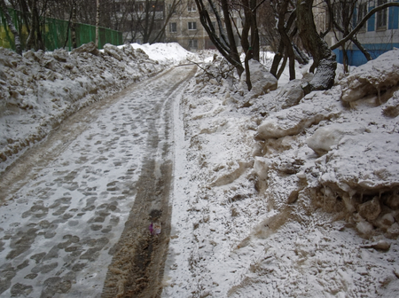poorly cleaned road in winter in the yard, Moscow Reklamní fotografie