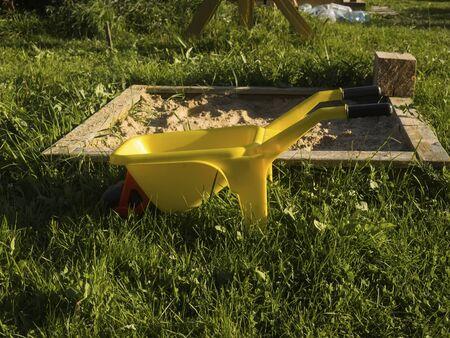 Carriola gialla per bambini nel cortile, Russia