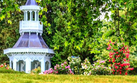 París-El castillo de Bagatelle-pagoda-por-Roseraie en Bois de Boulogne en el centro de un parque muy bien diseñado. Foto de archivo - 54871928