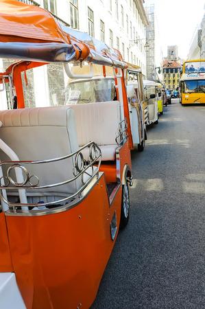rikscha: Rikscha-Transport in Lissabon. Eine Reihe von Elektro-Dreirad f�r Touristen in Lissabon (Tuk-Tuk genannt) wartet Editorial