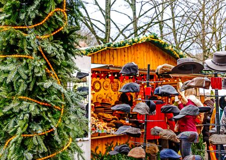 Comprar gorras en un mercado navideño alemán Foto de archivo - 92625571