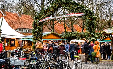 ミュンスター・ウェストファリア、ドイツ-12月15、2017:ウエベルワッセルキルシュの歴史的な壁に対して設定された小さなクリスマスマーケットは、