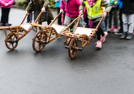 An original fun contest - Wheelbarrow race Archivio Fotografico
